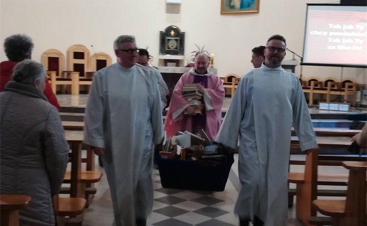 Los miembros del clero polaco preaparandose para la ceremonia