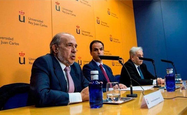 Enrique Álvarez Conde -primero por la izquierda- ha sido el último miembro de la URJC que ha fallecido
