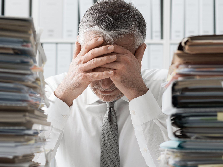 Un hombre se queda sordo y ciego por trabajar demasiado