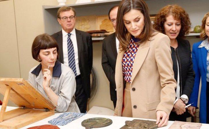 La reina acudió a la Escuela de Grabado y Diseño Gráfico de la Real Casa de la Moneda