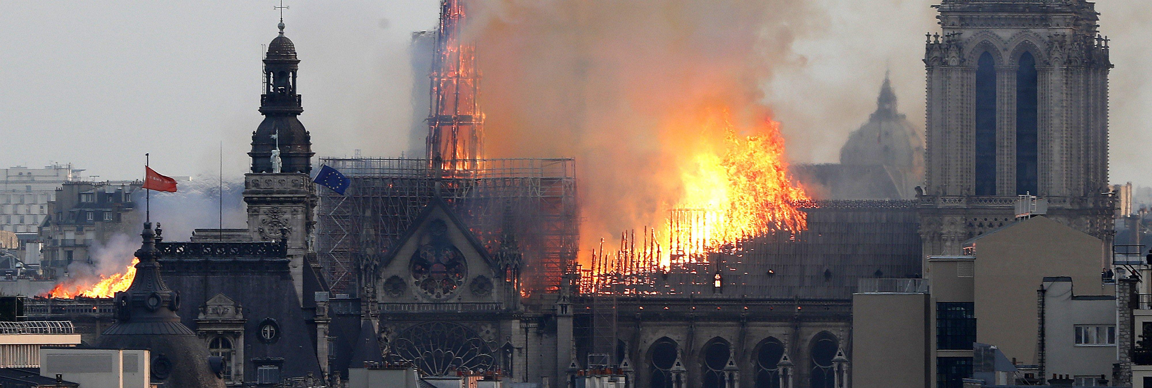 Los bomberos dan por extinguido el fuego en la catedral de Notre Dame de manera definitiva