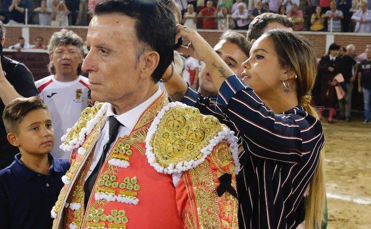 Gloria Camila, la hija de Ortega Cano, cortándole la coleta después de su última corrida