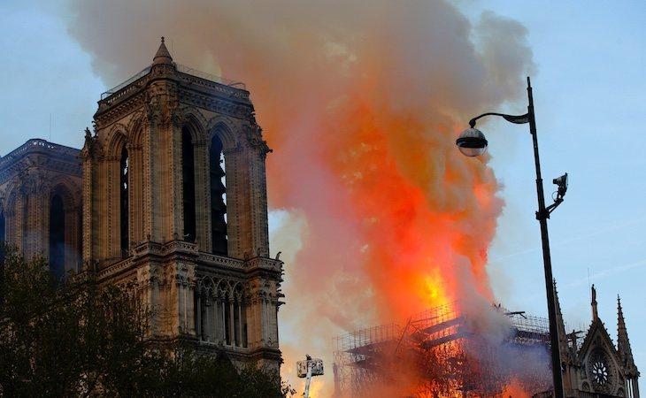 Un terrible incendio arrasó con la cubierta central y la aguja de la catedral de Notre Dame en París