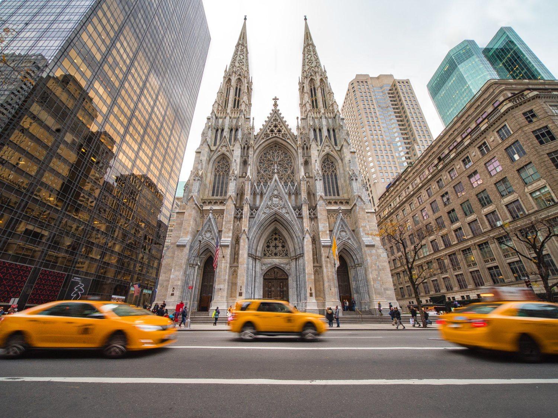 Detenido por entrar en la catedral de Saint Patrick en Nueva York con bidones de gasolina