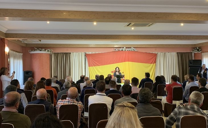 Ana Vega, la líder del partido en Alicante, en un encuentro con militantes