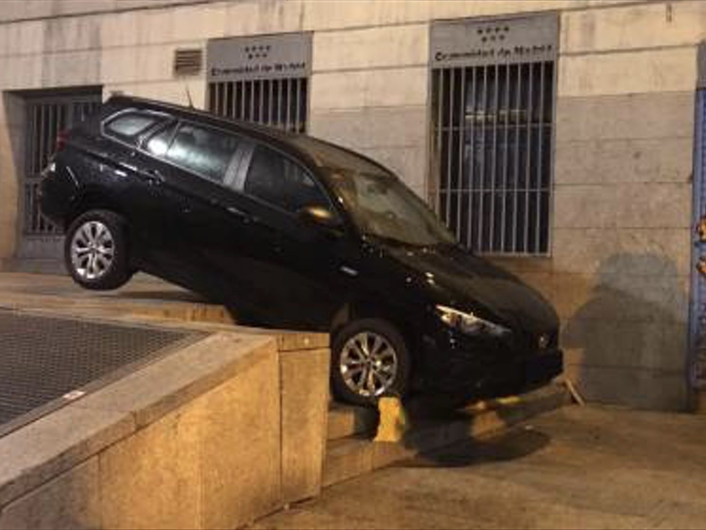 Un VTC se arroja por unas escaleras en Madrid tras seguir el GPS