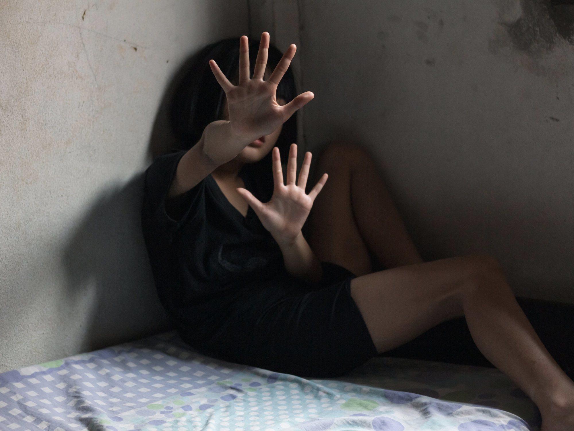 Una mujer apuñala a los tres hombres que estaban violando a su hija y mata a uno de ellos