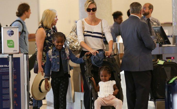 Charlize Theron adoptó a sus dos hijas en Sudáfrica, su país de origen