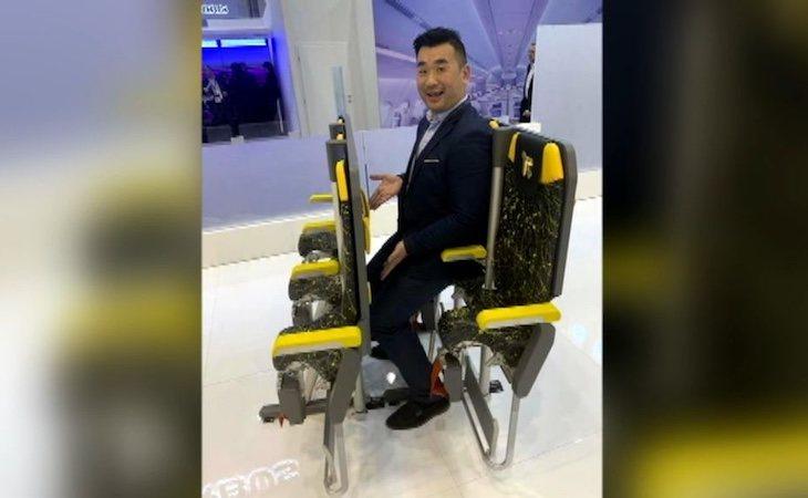 Diseñan un asiento para vuelos ultra low cost en el que se viaja casi sentado
