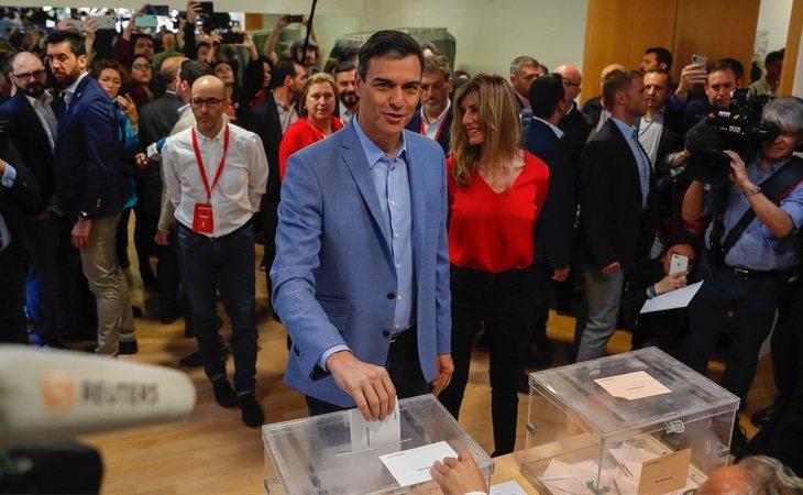 Pedro Sánchez es el primer candidato en votar. Lo ha hecho en la localidad en la que reside, Pozuelo de Alarcón (Madrid)
