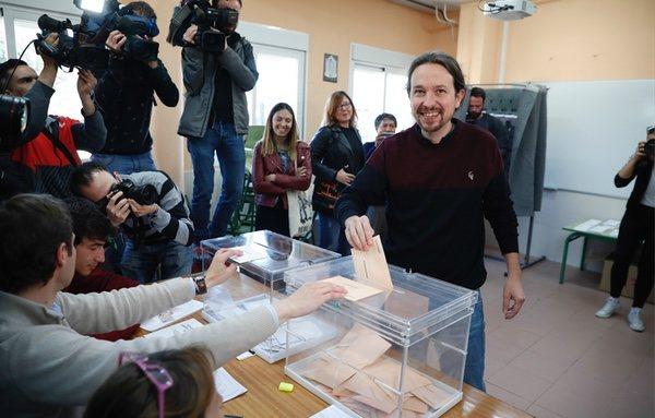 Pablo Iglesias acude a votar en la localidad madrileña de Galapagar