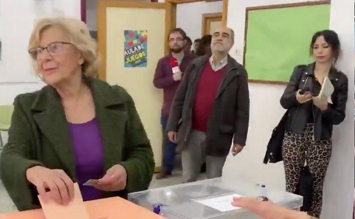 Manuela Carmena vota en su colegio electoral de Madrid