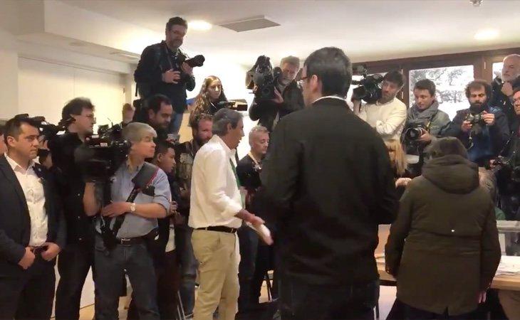 Un apoderado de VOX intentó boicotear el trabajo de la prensa en la llegada de Pedro Sánchez a su colegio electoral