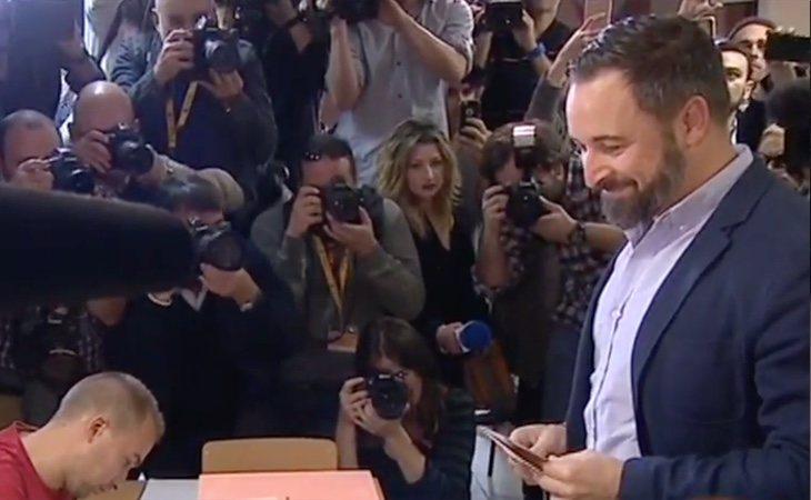 Santiago Abascal vota en el barrio de Pinar del Rey de Madrid. Es la tercera vez que encabeza la lista de VOX