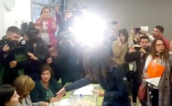 Inés Arrimadas vota en el barrio de Les Corts. Una de las miembros de la mesa electoral le ha negado el saludo