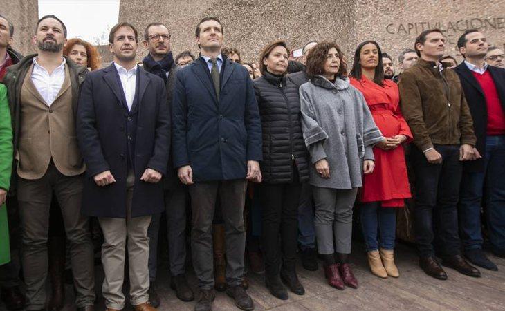 VOX, PP y Ciudadanos, de la mano en Colón en la manifestración contra Pedro Sánchez