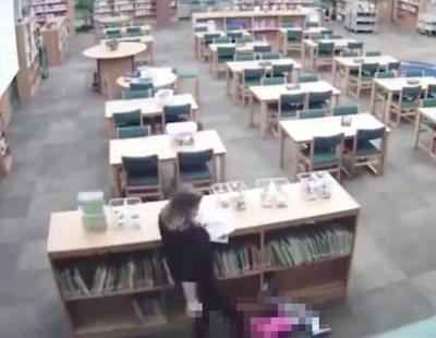 Graban a una profesora agrediendo brutalmente a un alumno de cinco años en la biblioteca