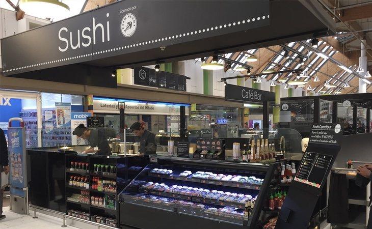 Los puestos de 'showcooking' y barras de degustación permite transformar la visita al supermercado en una atracción | Foto Fishsushi