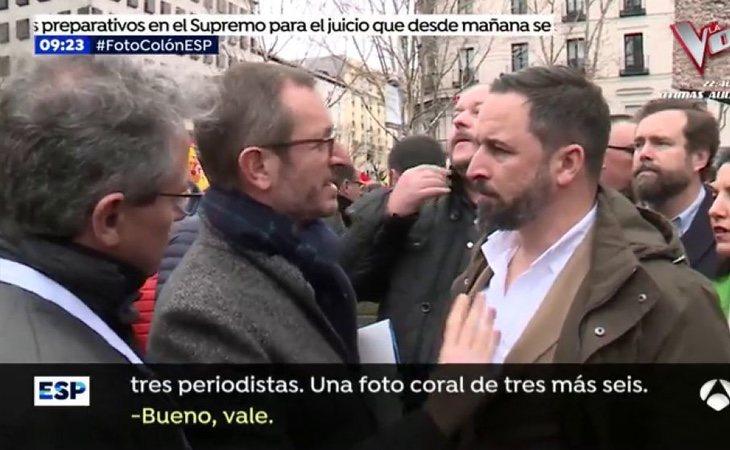 Javier Maroto, organizando con Santiago Abascal la foto en la plaza de Colón