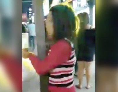 Graban a una mujer manteniendo relaciones con una farola en mitad de la calle