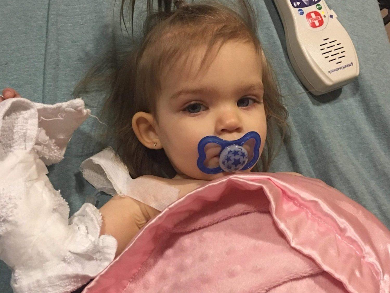 Niega una donación a una niña de 18 meses con cáncer porque tiene dos madres