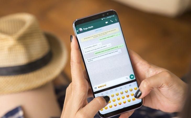 En la app de WhatsApp es necesario agregar un contacto a tu agenda para poder hablarle
