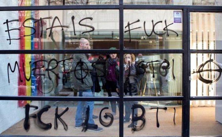 El centro LGTBI de Barcelona apareció con pintadas homófobas y cristales rotos