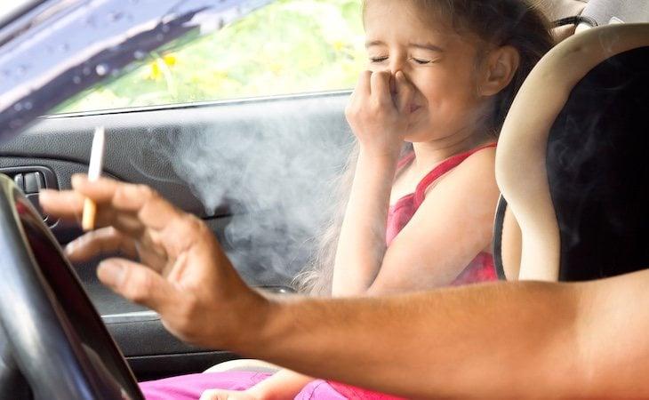 Prohibir que se fume en los coches es una medida contra el problema del tabaquismo
