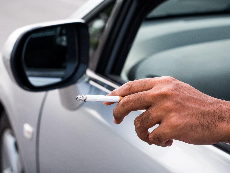 El Gobierno estudia prohibir fumar en el coche para combatir el tabaquismo