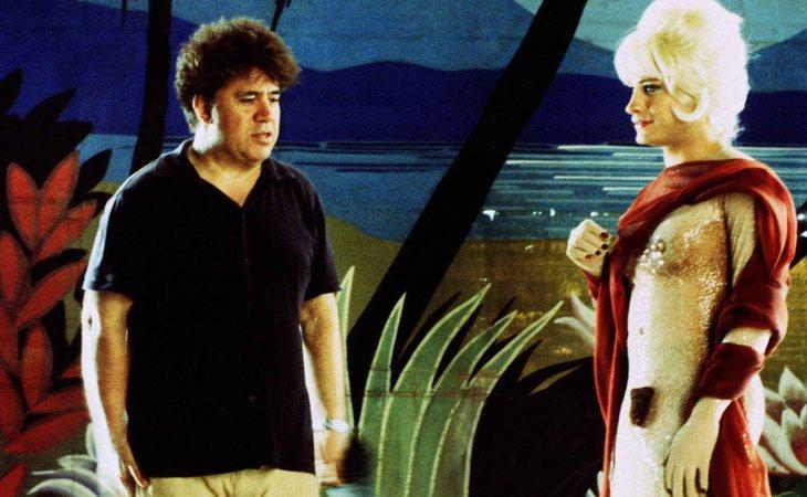Pedro Almodóvar, junto a Gael García Bernal, en el rodaje de 'La mala educación'