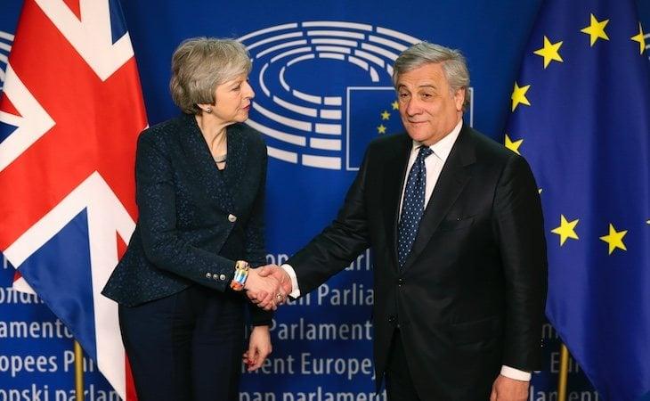 El presidente del Parlamento con la primera ministra británica, Theresa May