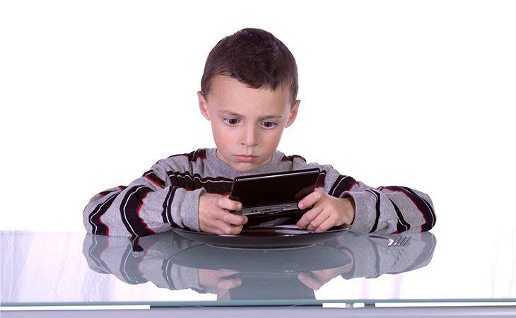 La mayoría de niños jugaban con la consola colocada a la misma distancia de la cara