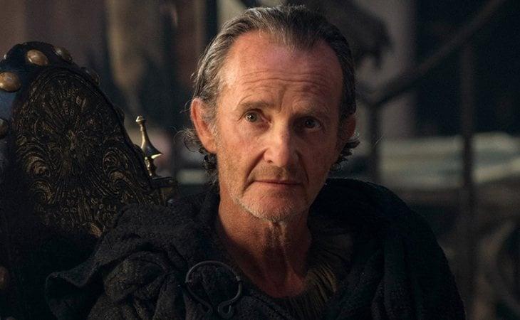El Maestre Qyburn, aficionado a experimentar con humanos