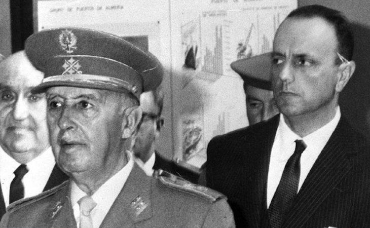 Franco junto a Manuel Fraga Iribarne, ministro franquista y fundador de Alianza Popular (AP)