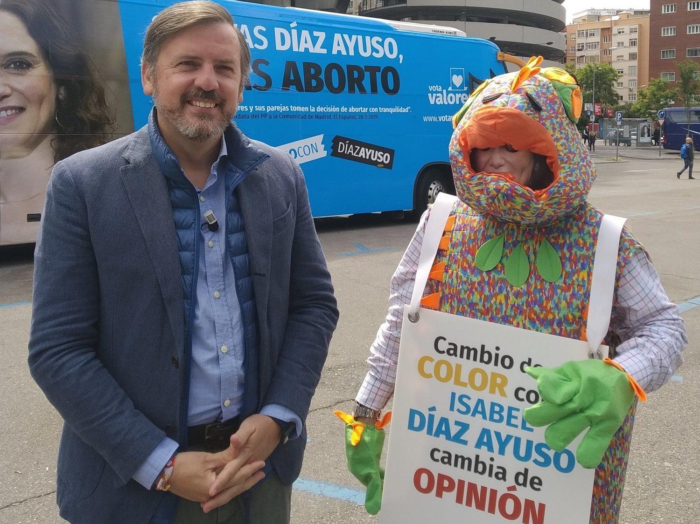 """Hazte Oír lanza un autobús contra Díaz Ayuso por """"apoyar al colectivo LGTBI y el aborto"""""""
