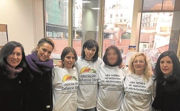 El grupo de Podemos en el Senado con la tres madres de Infancia Libre detenidas por retener a sus hijas