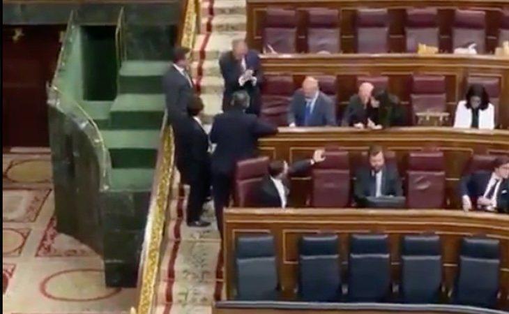Los partidos empiezan con gestos: Abascal se sienta en la bancada del PSOE, detrás de Pedro Sánchez