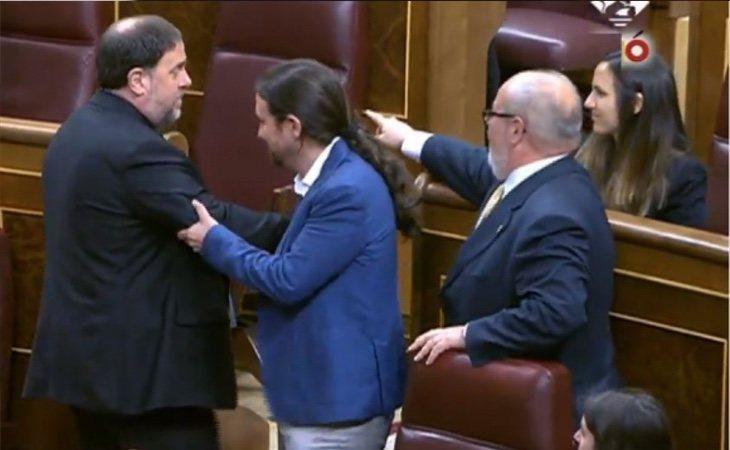 Los diputados independentistas presos han sido recibidos al grito de 'fuera'. Pedro Sánchez ha evitado saludarlos