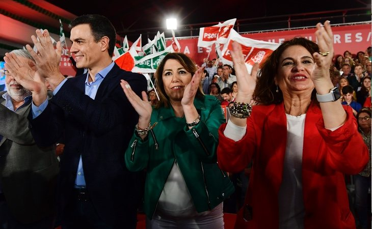 María Jesús Montero (dcha) suena como sucesora de Susana Díaz