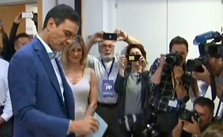 Pedro Sánchez ha sido el primer líder nacional en acudir al centro de votación