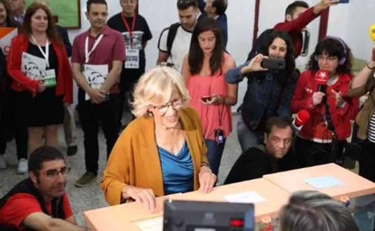 Manuela Carmena vota en el Instituto Conde de Orgaz de Madrid. Podría perder el Ayuntamiento ante el resultado tan ajustado que ofrecen las encuestas