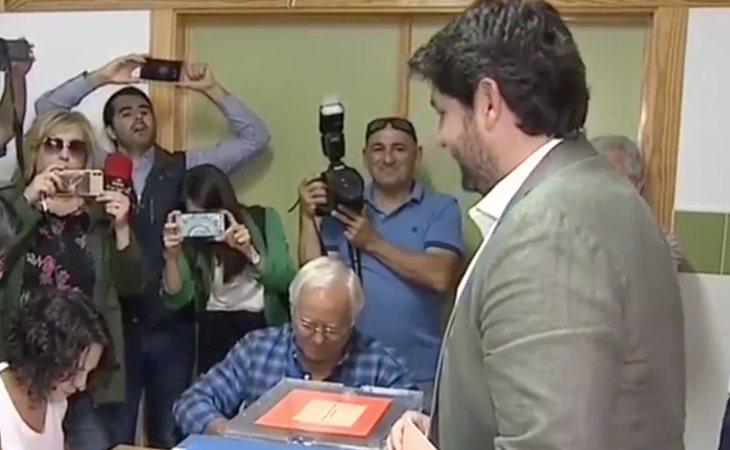 El presidente de Murcia, Fernando López Miras, vota en la localidad de Lorca. Es la primera vez que se presenta como candidato, ya que sustituyó a ...