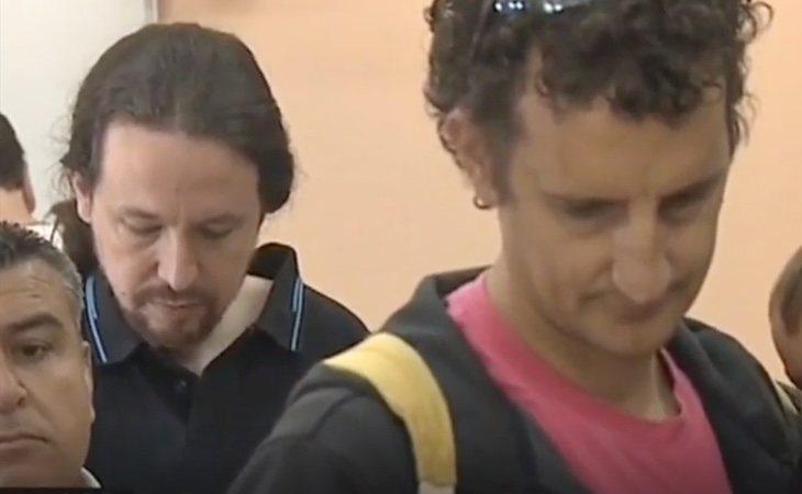 Pablo Iglesias, haciendo cola para votar en su colegio electoral de Galapagar