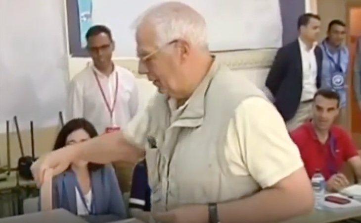 El candidato socialista a Europa, Josep Borell, vota en su colegio de Valdemorillo (Madrid)