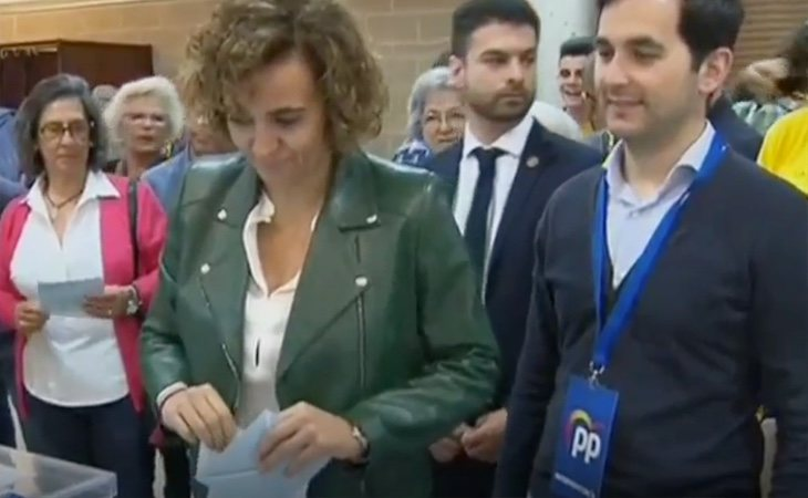 La candidata del PP al Parlamento Europeo, Dolors Montserrat, vota en un colegio de la provincia de Barcelona