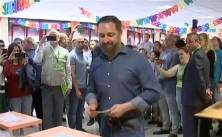El líder de VOX, Santiago Abascal, ha sido el último líder nacional que ha votado. Lo ha hecho en un colegio de Madrid