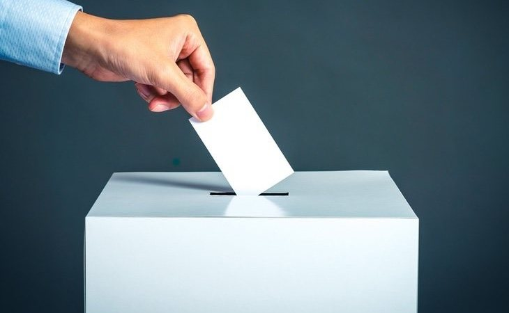 La participación se mantiene en las municipales, lo que beneficia a la derecha