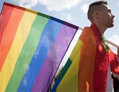 """""""Los gays adoptan niños para violarlos"""": la homofobia que gobierna en Polonia"""