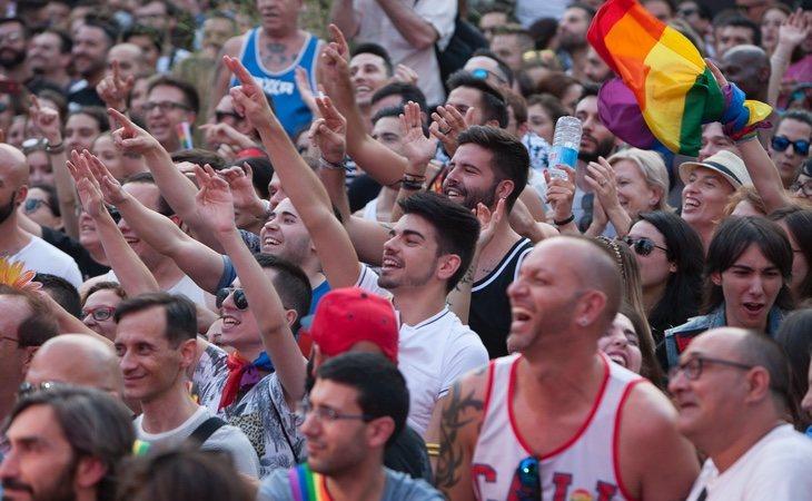 Gente disfrutando de un evento reivindicativo antes que pegándose porque se ha encontrado con su rival en un partido de fútbol
