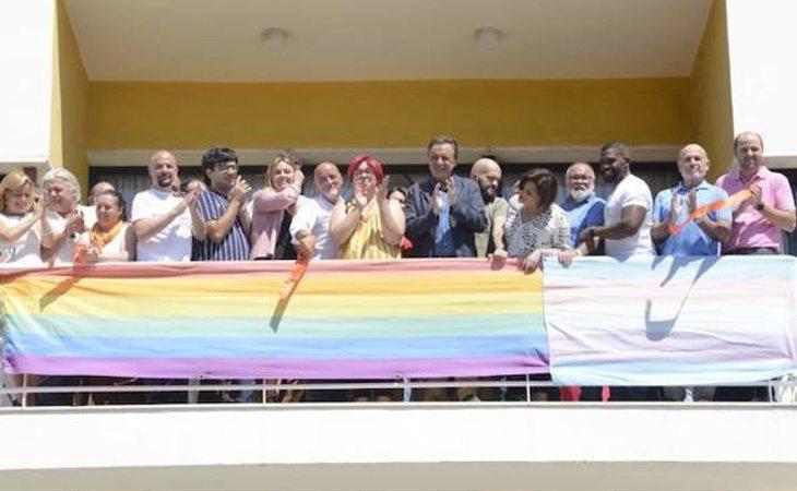 Así ha sido el despliegue de la bandera del Orgullo en Torremolinos